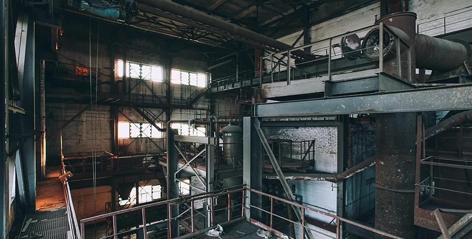 Заброшенный цех с металлоломом
